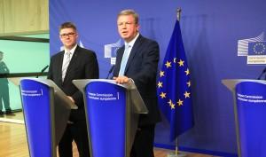 Il commissario per l'allargamento dell'UE Štefan Füle (destra) con il Ministro degli Esteri Islandese Gunnar Bragi Sveinsson (sinistra) nel giorno dell'annuncio del ritiro della domanda Islandese di ammissione all'UE