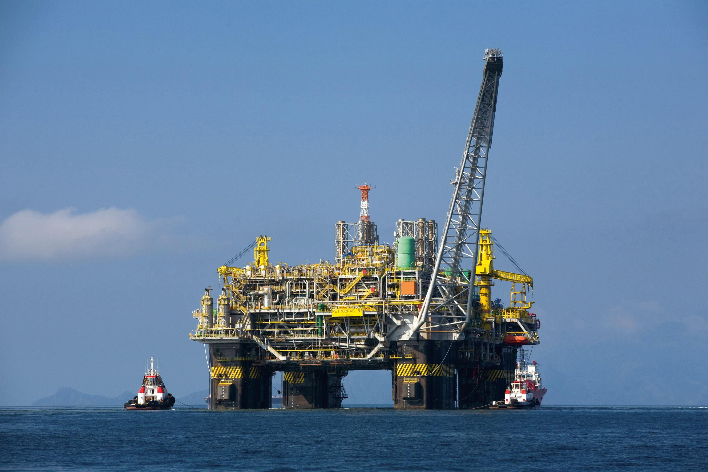 Oil_platform_P-51_(Brazil)-2